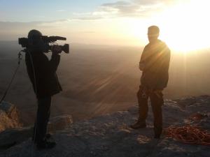 שש בבוקר, על שפת המכתש. דוד ישקונר ואני מצמים את הפתיח לתכנית.