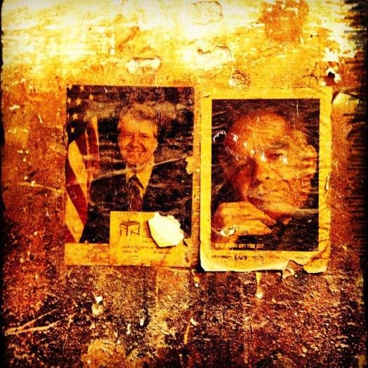 """""""על קירות הנגריה ג'ימי קרטר הוא הנשיא הנבחר ויצחק שמיר מוגש לכם בחסות חברת ביטוח"""""""