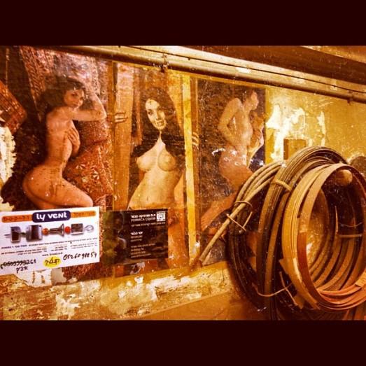 """""""הייתי היום אצל נגר שהנגריה שלו נמצאת במרתף טחוב ברחוב הגליל בדרום תל אביב. זו מנהרת זמן אמיתית, הזמן קפא שם לרבות תמונות הנשים הערומות שעל הקיר שפעם עיטרו כל מוסך והיום הוחלפו ברבנים""""."""
