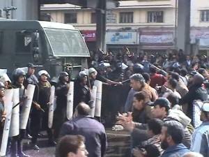 אחד הרגעים החשובים בתולדות המהפכה: המצרים מעזים להתעמת  עם משטרת המהומות. (צילום שלי)